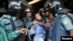孟加拉國抗議者12月27日與警察發生衝突。