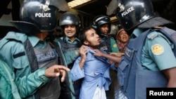 孟加拉国抗议者与警察发生冲突