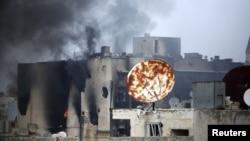 阿勒颇附近政府军与反政府力量间战争浓烟从毁坏的房屋上升
