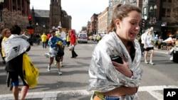 爆炸发生后,一名参加波士顿马拉松的选手失声痛哭。