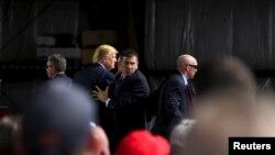 Agen-agen rahasia mengelilingi Donald Trump di bandara internasional Dayton di Ohio (12/3). (Reuters/Aaron P. Bernstein)