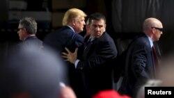 Agentes del Servicio Secreto tuvieron que intervenir para proteger a Donald Trump durante un mitin en Dayton, Ohio.