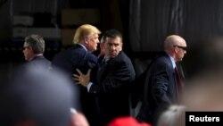 Donald Trump canceló un mitin de campaña en Chicago por razones de seguridad después que manifestantes atestaron el recinto donde se iba a realizar.