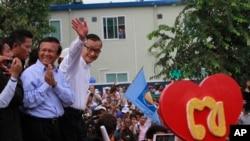 Lãnh tụ đối lập Sam Rainsy và phó Chủ tịch đảng Cứu Quốc Kem Sokha vẫy chào người ủng hộ tại Phnom Penh.