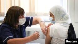 Tiêm vaccine COVID của Pfizer/BioNTech cho những người trên 18 tuổi tại Anh