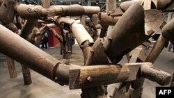 """Tác phẩm """"Fragments"""", tức """"Mảnh vụn"""" của họa sĩ Ngải Vị Vị, một tác phẩm vĩ đại bằng gỗ lim với các mảnh lấy từ những ngôi đền đời nhà Thanh bị phá hủy, sẽ được triển lãm từ tháng Năm 2012 tới tháng Tư năm 2013 tại thủ đô Washington"""