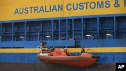Australian Customs officer lowered a life boat with Sri Lankan refugees from Oceanic Viking, an Australian Customs Service patrol ship for bring transported to an Australian-funded detention center in Tanjung Pinang, file photo.