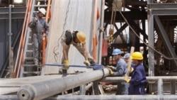 Pekerja ladang minyak dekat Basra, 550 kilometer tenggara Bagdad, Irak. (foto: dok)
