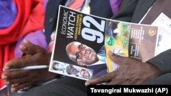 Affiche d'un programme mettant en vedette le président zimbabwéen Robert Mugabe, lors des célébrations pour marquer son 92e anniversaire, à Masvingo, le 27 février 2016.