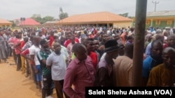 28일 나이지리아 수도 아부야 외곽에 마련된 투표소에 사람들이 투표를 하기 위해 줄을 서서 기다리고 있다.