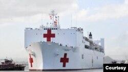 ກຳປັ່ນ USNS Comfort ແມ່ນກຳປັ່ນໂຮງໝໍຂອງກອງທັບ ສະຫະລັດ. (Courtesy of the US Embassy in Trinidad and Tobago)