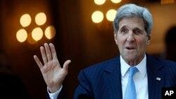 Menteri Luar Negeri AS John Kerry berbicara pada wartawan ketika meninggalkan hotelnya menuju Misa di Katedral St. Stephen di Vienna, Austria, 12 Juli 2015.