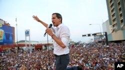 El presidente interino de Venezuela, JuanGuaidó, dijo que el gobierno del presidente en disputa, Nicolás Maduro, quiere detenerlo.
