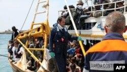 На фото наданому італійською береговою вартою човен із 760-ма мігрантами біля берегів острову Лампедуза.
