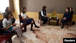 Đệ nhất Phu nhân Hoa Kỳ Michelle Obama (giữa) và 2 con gái gặp phu nhân của Chủ tịch Trung Quốc Bành Lệ Viên trong khi đến thăm một ngôi trường ở Bắc Kinh