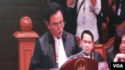 Ketua tim kuasa hukum TKN Jokowi-Ma'ruf , Yusril Ihza Mahendra saat membacakan jawaban atas gugatan BPN Prabowo-Sandi di Mahkamah Konstitusi, Selasa (19/6). (VOA/Fathiyah)