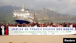 지난해 5월 싱가로프 국적 호화 유람선 황성호가 라선-금강산국제관광단을 태우고 북한 고성항 부두에 도착했다.