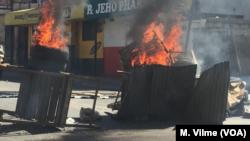 Scènes de vandalisme dans les rues de Port-au Prince, le 11 février 2019. (M Vilme / VOA)