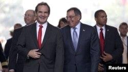 Los titulares de Defensa de Chile, Andrés Allamand (izquierda) y de EE.UU., Leon Panetta, llegan al Palacio La Moneda, en Santiago de Chile.