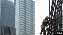 Seorang pekerja konstruksi di sebuah lokasi pembangunan gedung baru di Jakarta. Pakar futurologi mengimbau agar proses perkembangan di Indonesia disertai dengan rencana yang matang.