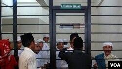 Sekelompok orang yang dituduh menyerang pengikut Ahmadiyah menunggu sidang di sel tahanan di Serang Banten, bulan Juli lalu (foto: dok).