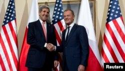 5일 폴란드를 방문한 존 케리 미 국무장관(왼쪽)이 바르샤바에서 도날드 터스크 폴란드 외무장관과 회담했다.
