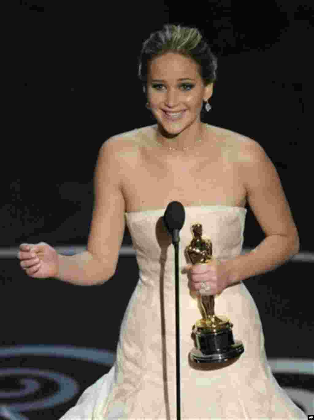 """Jennifer Lawrence menerima penghargaan sebagai aktris terbaik untuk film """"Silver Linings Playbook"""" pada Academy Awards ke-85 di Dolby Theatre, Los Angeles (24/2). (AP/Chris Pizzello/Invision)"""