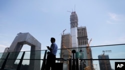 资料照:北京的中央电视台(CCTV)总部和旁边一座在建大楼。