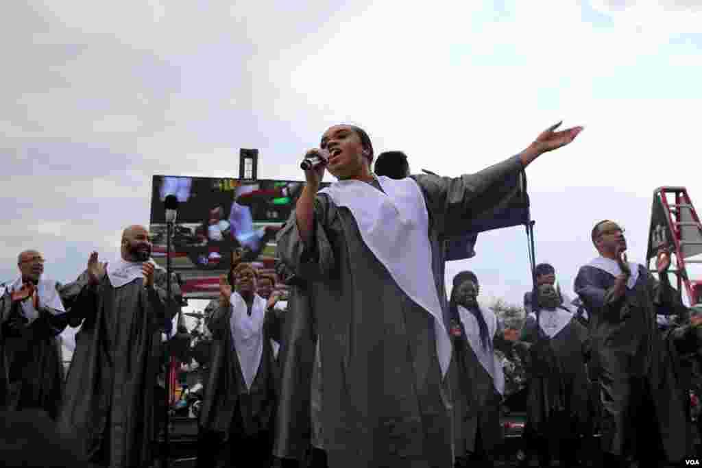 Gospel singers entertain the pregame crowd outside of NRG Stadium, host of this year's Super Bowl game in Houston, Texas. (B. Allen/VOA)