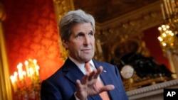 2016年5月9日,美国国务卿克里为解决叙利亚问题展开穿梭外交。图为克里在法国巴黎与记者谈话。(美联社资料照片)