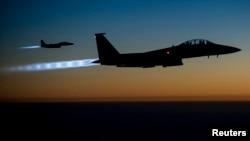 Un par de aviones F-15E de Estados Unidos vuelan en el amanecer sobre Siria.
