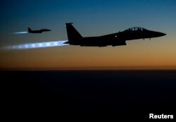 Hai chiếc máy bay F-15E Strike Eagles của Không quân Hoa Kỳ bay qua miền bắc Iraq sau khi thực hiện những trận không kích ở Syria. (Ảnh: Không quân Hoa Kỳ)
