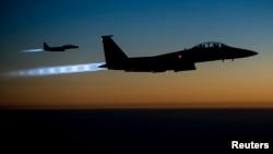 지난 23일 F-15E 미군 전투기 편대가 시리아 내 ISIL목표물을 타격한 후 귀환하기 위해 이라크 상공을 비행하고 있다.