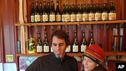农场主克里斯蒂和基什·基斯勒在品尝他们酿造的果汁