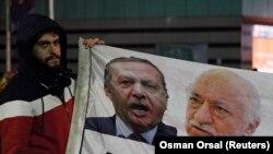 Başbakan Erdoğan ve Fethullah Gülen'in resimlerinin bulunduğu bir afişi tutan gösterici Erdoğan'a istifa çağrısında bulunuyor