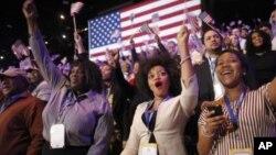 在芝加哥集体观看电视的奥巴马总统支持者听到媒体预告奥巴马胜选后欢呼雀跃