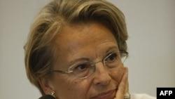 Một số đại biểu Quốc hội yêu cầu Ngoại trưởng Alliot-Marie từ chức vì quan hệ giữa bà với Tunisia và Tổng thống đã bị lật đổ của nước này