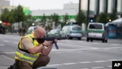 Des policiers déployés avec leurs armes prêts à tirer à l'extérieur du centre commercial Olympia à Munich, Allemagne du Sud, 22 juillet 2016.
