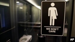 미국 노스캐롤라이나주 더햄의 한 호텔에 성별 구분없이 사용할 수 있는 화장실 표시가 붙어있다. (자료사진)