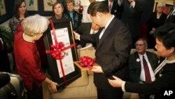 中國國家副主席習近平2月15日在美國愛奧華州拜訪當地居民薩拉.藍德的家