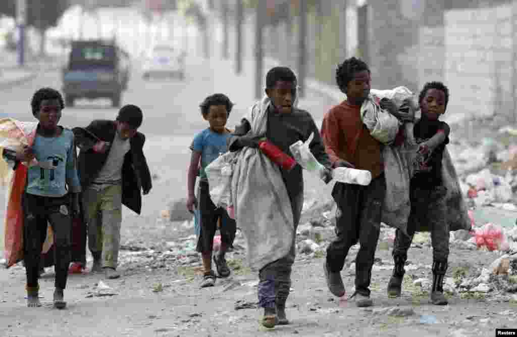 کودکان کارگر در یکی از خیابان های شهر صنعا پایتخت یمن در حال جمعآوری زباله های پلاستیکی