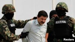 "Joaquin ""El Chapo"" Guzman dikawal ke sebuah helikopter di Mexico City, Mexico, Sabtu (22/2). (Reuters/Henry Romero)"