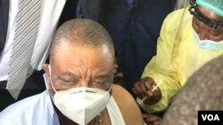 UMnu Constantino Chiwenga uhlatshwa ijekiseni yeCOVID-19.