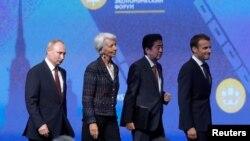 Tổng thống Nga Putin (trái) tại diễn đàn kinh tế hôm 25/5