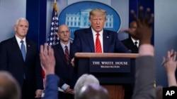Presiden AS, Donald Trump menjawab pertanyaan para wartawan terkait penanganan wabah corona di Gedung Putih, Washington, D.C., 19 Maret 2020.