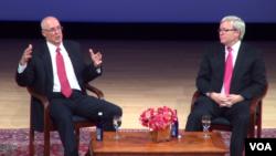 美国前财政部长保尔森和澳大利亚前总理陆克文(右侧)在纽约对话(2014年9月12日,美国之音视频截图)