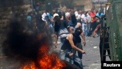 25일 동예루살렘 지역에서 이스라엘 군의 가자 공격에 항의하는 팔레스타인 시위대와 이스라엘 경찰이 무력충돌했다.