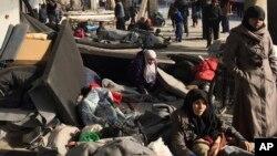 Sirios desplazados del este de Alepo refugiados en un albergue de Jibreen, una aldea al sur de la sitiada ciudad. imagen provista por el Comité Internacional de la Cruz Roja. AP