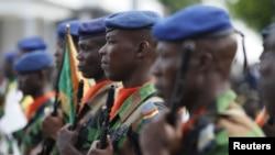 Des soldats ivoiriens honorent leurs camarades tués une attaque jihadiste sur la ville balnéaire du Grand Bassam, à Abidjan, 8 avril 2016.