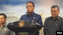 Menko Polhukam, Djoko Suyanto menyampaikan perpanjangan Satgas TKI kepada pers di Jakarta (5/1), didampingi Maftuch Basyuni (kanan) dan Menakertrans Muhaimin Iskandar (kiri).